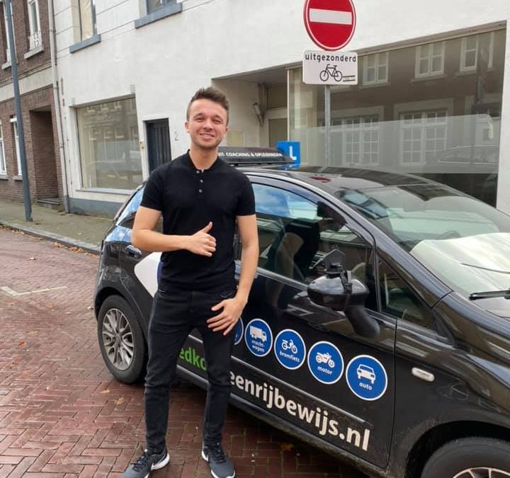 Wij feliciteren Roel met het behalen van zijn rijbewijs