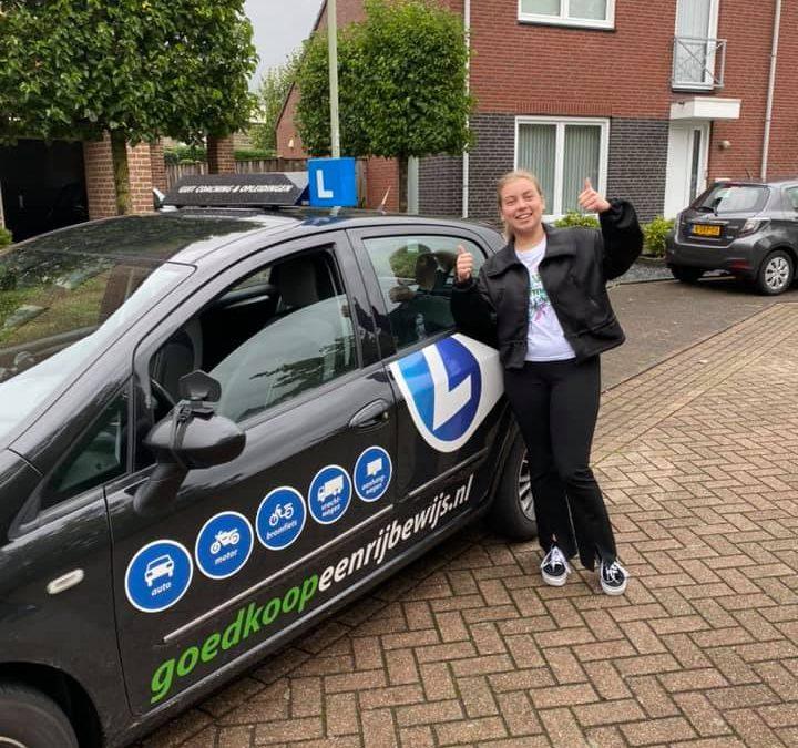 Wij feliciteren Lieke met het behalen van haar rijbewijs